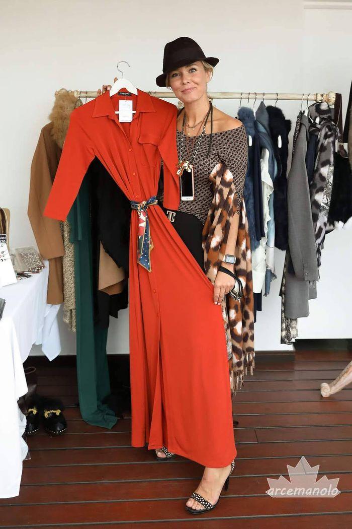 Nina López mostrando un vestido avance de la nueva temporada en la terraza El Cel del Born - Fotografía: Manuel Arce