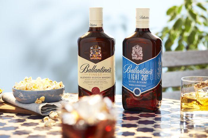 Ballantine's Light contienen la mitad de alcohol, pero con todo el sabor, dando así respuesta a las tendencias actuales del consumidor, donde se espera que el consumo de estos espirituosos alcance el 15% del mercado en menos de cinco años*.