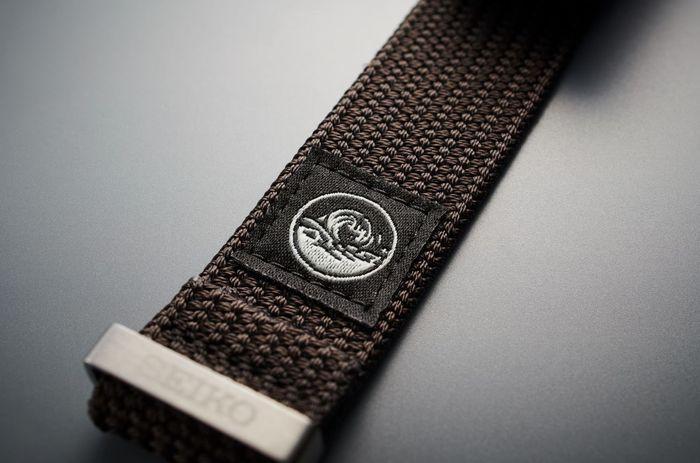 La correa incorpora el mismo emblema que los relojes, como símbolo de su durabilidad.